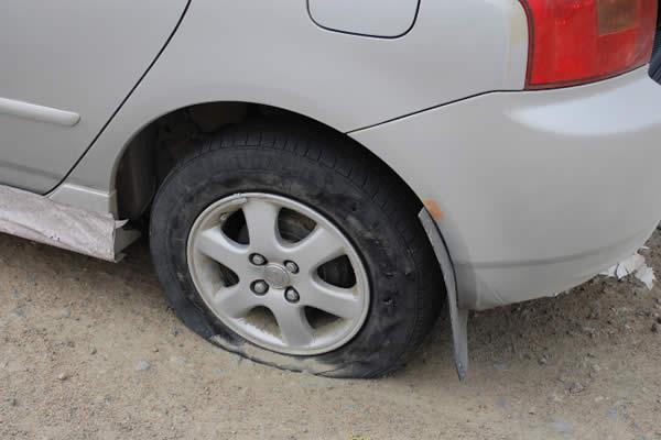 Как заменить пробитое колесо на дороге