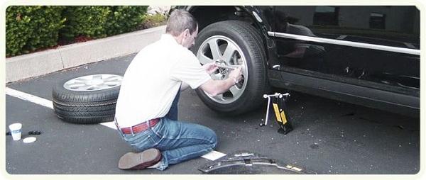 Как заменить пробитое колесо на дороге?